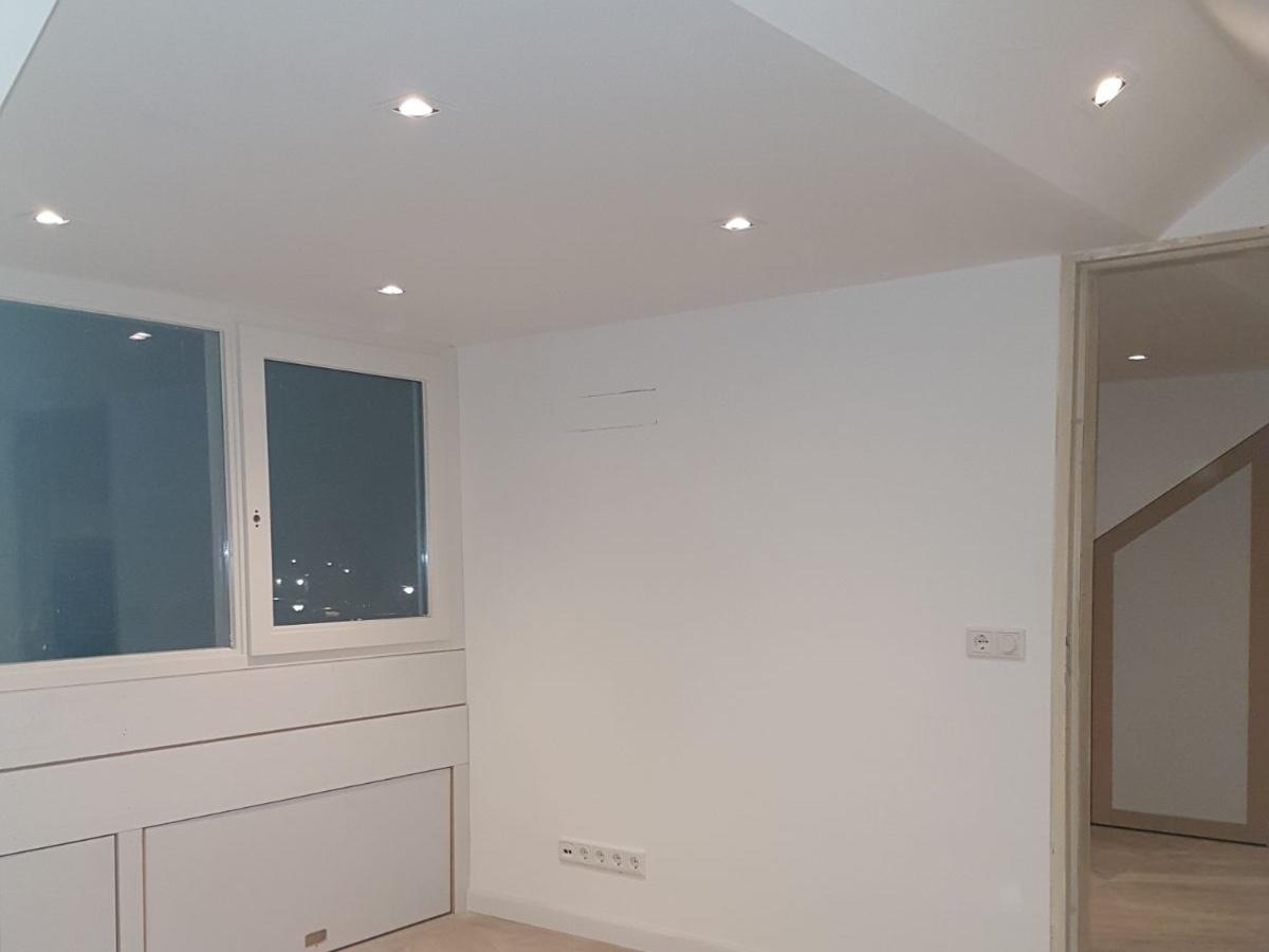 Het aanleggen van plafond verlichting