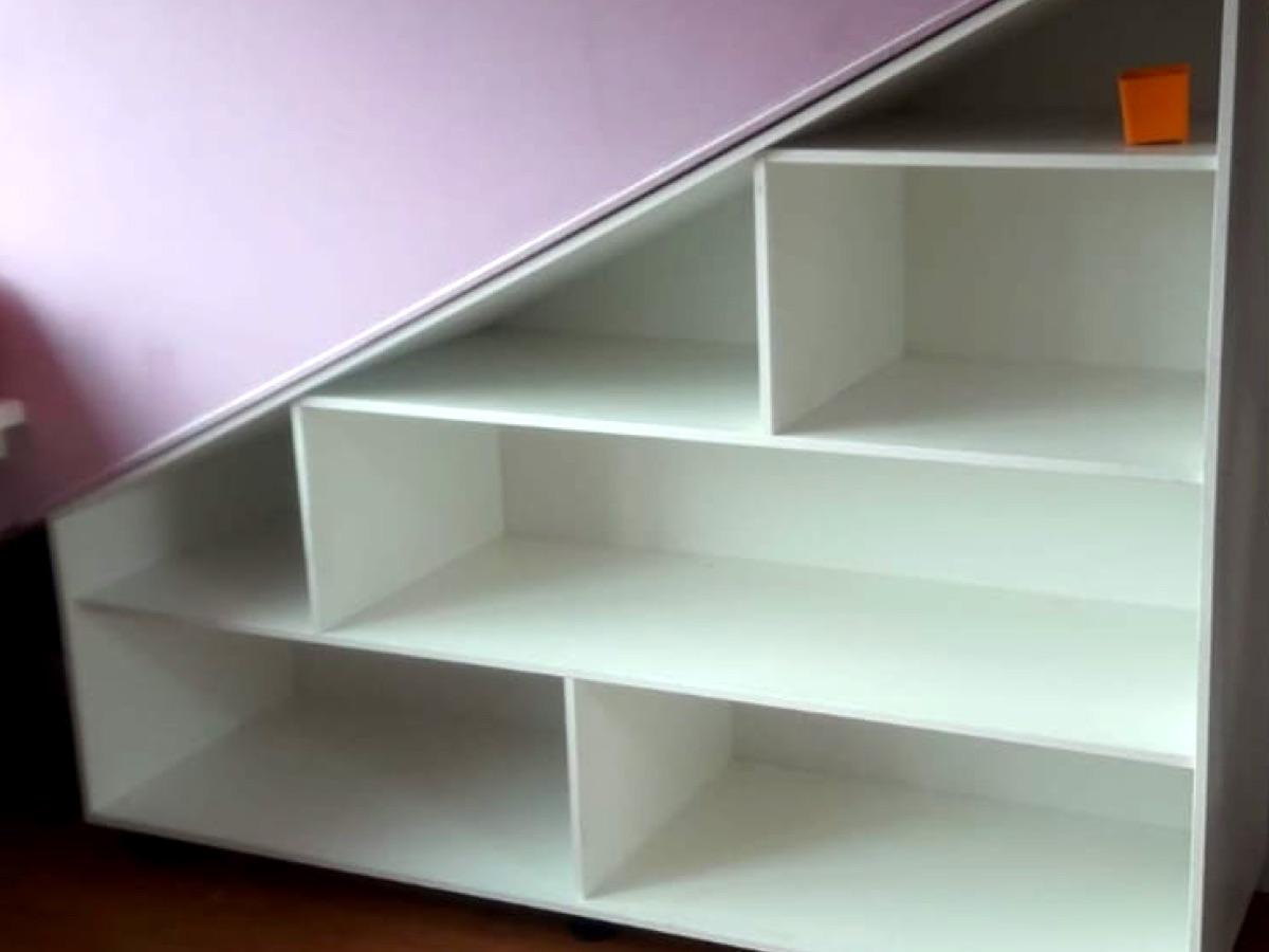 Timmerwerk van een kast onder een trap